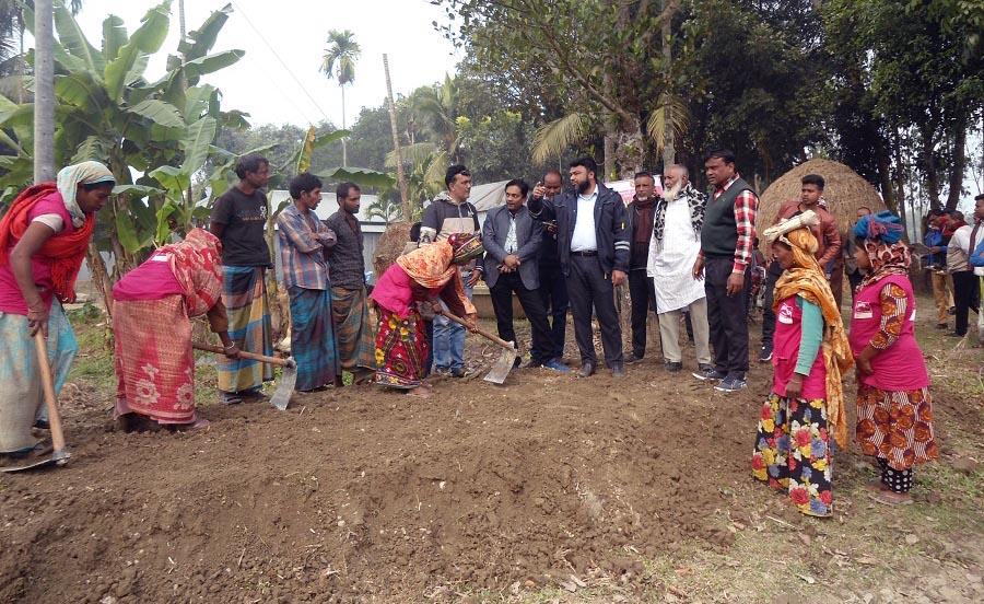 সরকারী বরাদ্দ কম, বকশীগঞ্জে স্বেচ্ছা শ্রমে রাস্তা নির্মাণ